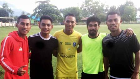 Ardi Idrus bersama pemain lainnya di Ternate. - INDOSPORT