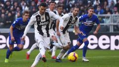 Indosport - Cristiano Ronaldo tengah mengeksekusi bola dari kotak putih penalti