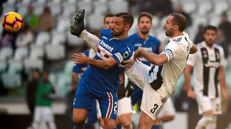Kaki Giorgio Chiellini melewati belakng Fabio Quagliarella untuk mendapatkan bola - INDOSPORT