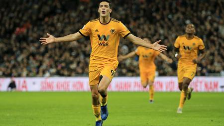 Arsenal ketiban untung di balik kekesalan Manchester United soal transfer Raul Jimenez. - INDOSPORT