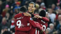 Indosport - Virgil van Dijk, Sane, Salah, Firmino berpelukan di laga Liverpool vs Arsenal, 30/12/18).