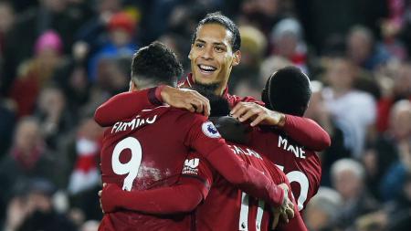 Virgil van Dijk, Sane, Salah, Firmino berpelukan di salah satu laga Liverpool. - INDOSPORT