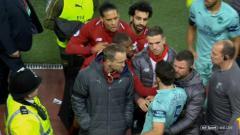 Indosport - Sokratis tampak terlibat percekcokan dengan pemain Liverpool.