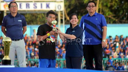Sekjen PSSI, Ratu Tisha menyerahkan trofi pemain terbaik Liga 3 kepada Kapten Persik Kediri, Galih Akbar Febriawan.