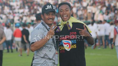 Pemain Persik berpose dengan pelatih PSCS, Jaya Hartono.
