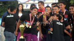 Indosport - Pemain Persik berselfie merayakan gelar juara Liga 3 2018.