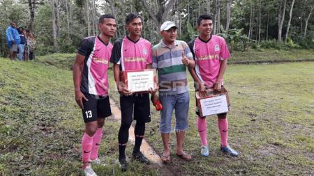 Sejumlah pemain profesional asal Malang tergabung dalam Dokjreng FC, melakukan tarkam amal untuk menghimpun dana bantuan bagi korban tsunami Lampung dan Banten. - INDOSPORT