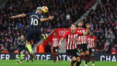 Indosport - Sergio Kun Aguero saat mencetak gol ke gawang Southampton melalui sundulan.