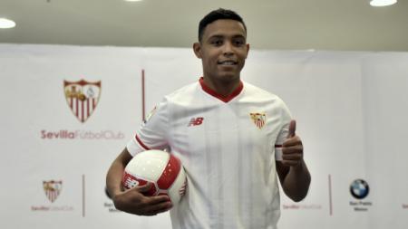 Pemain pinjaman Fiorentina dari Sevilla, Luis Muriel, tengah diincar AC Milan. - INDOSPORT