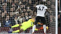 Indosport - Pemain Fulham, Aboubakar Kamara gagal mengeksekusi penalti
