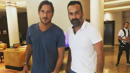 Fabio Lopez berfoto bersama legenda AS Roma, Francesco Totti - INDOSPORT