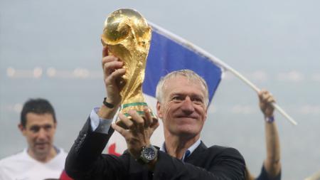 Didier Deschamps saat merengkuh trofi Piala Dunia 2018. - INDOSPORT
