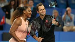 Indosport - Serena Williams dan Roger Federer mengambil foto bersama usai pertandingan Piala Hopman