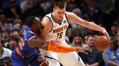 Nikola Jokic (kanan/power forward Denver Nuggets) saat berduel dengan power forward New York Knicks, Noah Vonleh. - INDOSPORT
