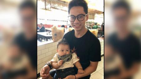 Pebulutangkis andalan Indonesia, Kevin Sanjaya saat menggendong keponakannya yang masih bayi. - INDOSPORT