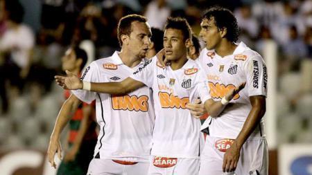 Diogo Luis Santo (kanan) saat satu tim bersama Neymar di Santos. - INDOSPORT