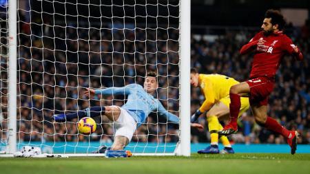 John Stone menyelamatkan gawang Man City dengan menghalau bola hasil sambaran Mohamed Salah. - INDOSPORT