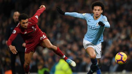 Leroy Sane (kanan) saat melewati Trent-Alexander Arnold di laga melawan Liverpool. - INDOSPORT