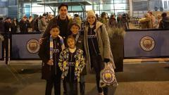 Indosport - Darius Sinathrya dan Donna Agnesia mengajak anak-anak mereka menyaksikan laga Manchester City vs Liverpool.