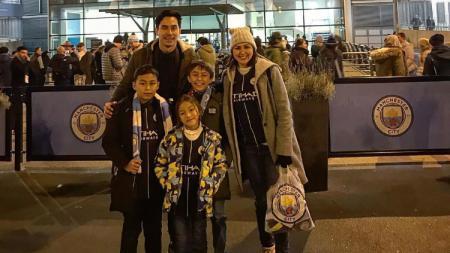 Darius Sinathrya dan Donna Agnesia mengajak anak-anak mereka menyaksikan laga Manchester City vs Liverpool. - INDOSPORT