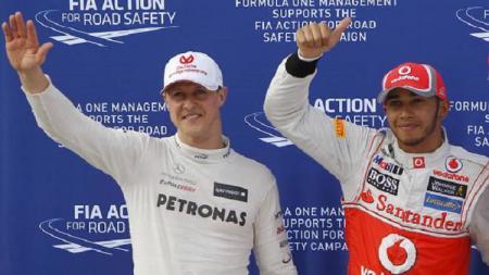 Pembalap tim Mercedes, Lewis Hamilton mengaku tak tertarik untuk melampaui rekor milik sang legenda Michael Schumacher di kejuaraan Formula 1 (F1). - INDOSPORT