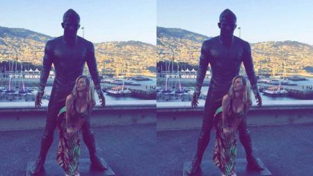 Wanita berpose menungging di patung Cristiano Ronaldo - INDOSPORT