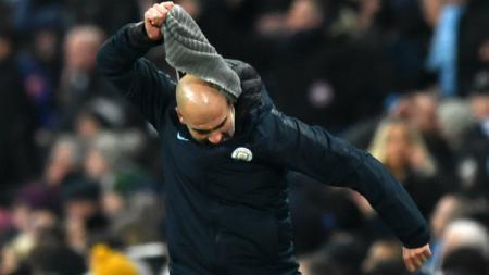 Pep Guardiola melempar syalnya saat tak terima keputusan wasit di laga Manchester City vs Liverpool, Jumat (05/01/19). - INDOSPORT