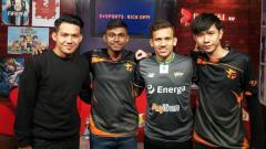Indosport - Egy Maulana Vikri dan WItan Sulaiman bersama tim eSports Singapura.