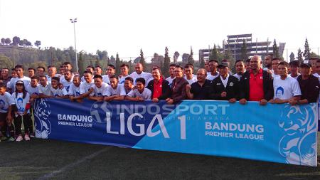 Eka Ramdani berfoto bersama beberapa pemain Liga 1 dan Liga 2 2018 pada acara Trofeo Eka Ramdani di lapangan Football Plus, Jalan Sersan Bajuri, Kabupaten Bandung Barat, Sabtu (05/01/2019). - INDOSPORT