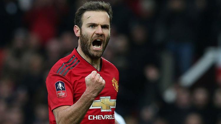 Selebrasi Juan Mata setelah mencetak gol pembuka di laga Piala FA saat berhadapan dengan Reading. Copyright: Getty Images