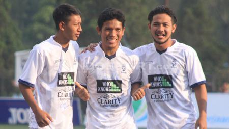 Gelandang Persib Bandung, Gian Zola (kanan) dan adiknya Beckham (kiri) berfoto bersama Eka Ramdani. - INDOSPORT