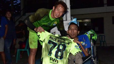 Fans Persib (kanan) Andri Firmansyah bersama kiper I Made Wirawan. - INDOSPORT
