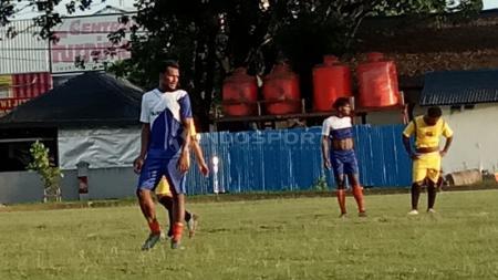 Eks Arema FC, Israel Wamiau saat berlaga bersama klub lokal di Jayapura dalam Turnamen Piala Danlantamal X. - INDOSPORT