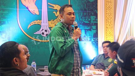 Manajer Persebaya Candra Wahyudi saat bertemu perwakilan Bonek. - INDOSPORT