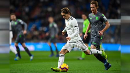 Perebutan bola Luka Modric' dengan pemain Real Sociedad - INDOSPORT
