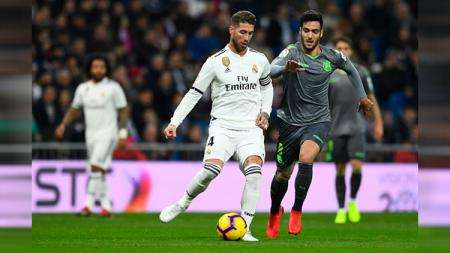 Perebutan bola Sergio Ramos dengan pemain Real Sociedad - INDOSPORT