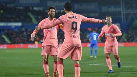 Lionel Messi & Luis Suerez saat merayakan gol. - INDOSPORT
