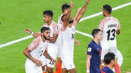 Para pemain Timnas India merayakan gol mereka ke gawang Timnas Thailand dalam pertandingan pertama Piala Asia 2019. - INDOSPORT
