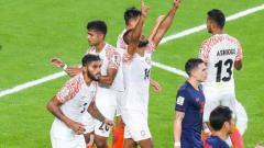 Indosport - Para pemain Timnas India merayakan gol mereka ke gawang Timnas Thailand dalam pertandingan pertama Piala Asia 2019.