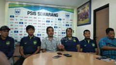 Indosport - CEO PSIS, AS Sukawijaya atau Yoyok Sukawi dalam jumpa pers di Mes PSIS Semarang.