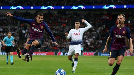 2 pemain Barcelona, Philippe Coutinho (kiri) dan Ivan Rakitic. - INDOSPORT