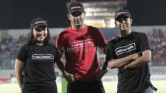 Indosport - Annisa Zhafarina Qosasih (kiri), anak dari pemilik Madura United yaitu Achsanul Qosasih mengungkapkan ada beberapa hal yang harus diperbaiki di sepak bola Indonesia.