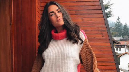 Kekasih Valentino Rossi, Francesca Sofia Novello, kembali menunjukkan keseksiannya. Model asal Italia itu nampak tampil menggoda dalam balutan outfit bermotif macan. - INDOSPORT