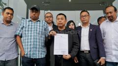 Indosport - Chairul Basalamah dan Cholid Ghoromah di dampingi manajer dan kuasa hukum Persebaya.