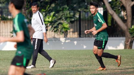 Samuel Christianson Simanjuntak (kanan) saat jalani latihan perdana bersama Timnas Indonesia U-22 - INDOSPORT