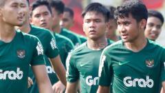 Indosport - Yoga Pratama (tengah) saat jalani tc bersama Timnas U-22