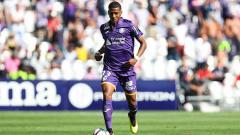 Indosport - Jean Clair Todibo tengah membawa bola saat melawan Girondins Bordeaux