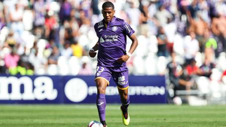 Jean Clair Todibo tengah membawa bola saat melawan Girondins Bordeaux - INDOSPORT