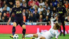 Indosport - Christian Eriksen saat berduel dengan Luka Modric