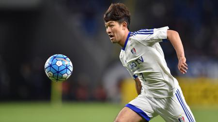 Lee Sang Ho pemain Suwon Samsung Bluewings FC berlari untuk mengambil bola pada laga Grup G Liga Champions AFC melawan Gamba Osaka di Stadion Sepak Bola Kota Suita pada 19 April 2016 di Suita, Jepang. - INDOSPORT